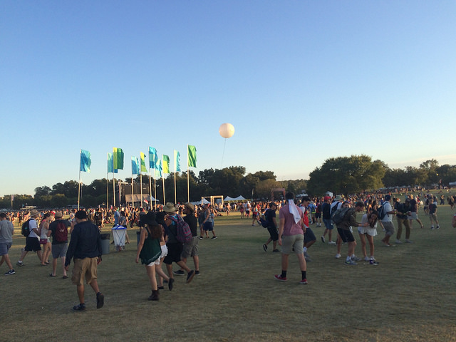 Festival-goers+walk+across+the+grounds+during+ACL+Weekend+One.+Photo+by+Willa+Smith.